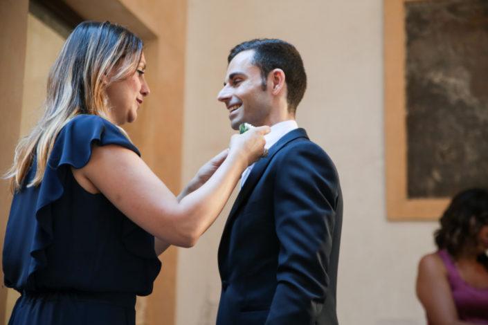 Wedding planner Valentina Barrile mette la bottonier allo sposo
